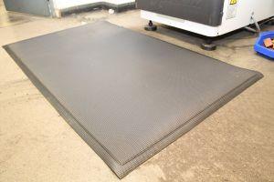 Černá gumová průmyslová protiúnavová protiskluzová rohož - délka 18,3 m, šířka 90 cm a výška 1 cm FLOMAT