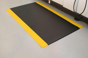 Černo-žlutá průmyslová protiúnavová protiskluzová pěnová rohož - délka 18,3 m, šířka 120 cm a výška 0,9 cm FLOMAT