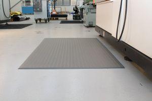 Šedá průmyslová protiúnavová protiskluzová pěnová rohož - délka 18,3 m, šířka 120 cm a výška 0,9 cm FLOMAT