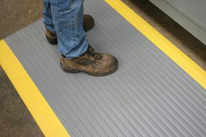 Šedo-žlutá průmyslová protiúnavová protiskluzová pěnová rohož - délka 18,3 m, šířka 90 cm a výška 0,9 cm FLOMAT